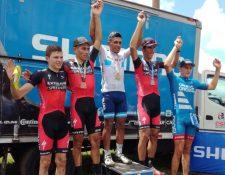 Jonathan de León levanta las manos en señal de triunfo luego de ganar la medalla de oro en Costa Rica. (Foto Prensa Libre: Cortesía Fedeciclismo)