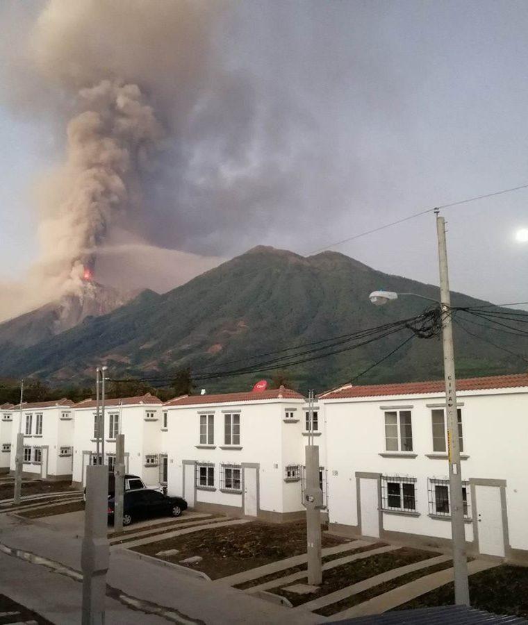 El humo y la ceniza expulsada por el Volcán de Fuego pintó de naranja el cielo de los guatemaltecos. (Foto Prensa Libre: Maira López)