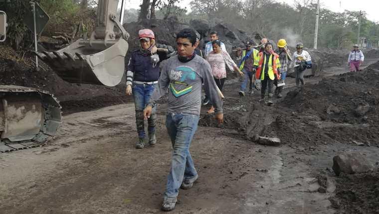 Damnificados y un grupo de rescatistas continuaron con la búsqueda de cuerpos. Se resisten a dejar a sus parientes en el olvido. (Foto Prensa Libre: Enrique Paredes).