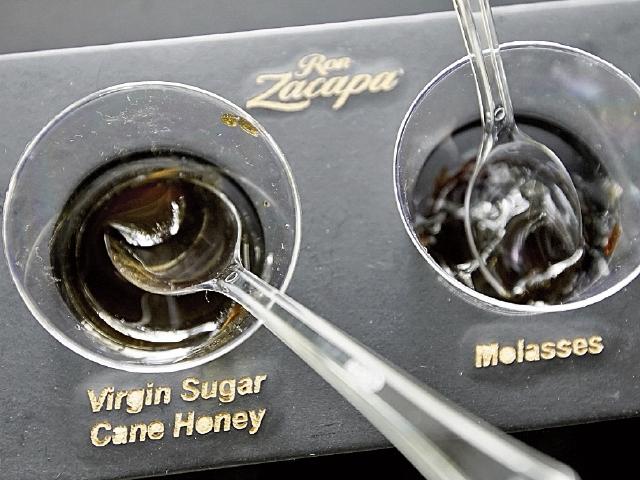 Destilación: Para eliminar restos sólidos del jugo de la caña, el líquido obtenido es calentado, clarificado, filtrado y luego evaporado. (Foto Prensa Libre: Juan Carlos Rivera)