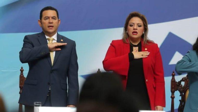 Presidente Jimmy Morales y la canciller Sandra Jovel, en un acto oficial en el Palacio Nacional de la Cultura. (Foto Prensa Libre: Érick Ávila)