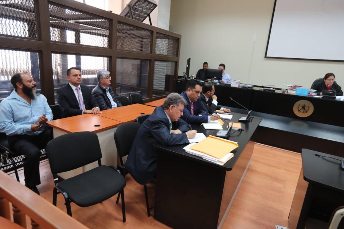 Víctor Ruiz, Stu Velasco y Carlos Vielmann, detenidos, comparecen ante la jueza Claudette Domínguez. (Foto Prensa Libre: Érick Ávila)