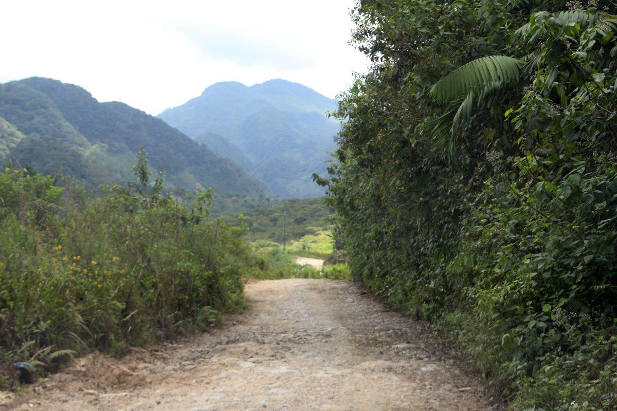 Parte de la carretera se encuentra en pésimas condiciones, intransitable. (Foto Prensa Libre: Eduardo Sam)