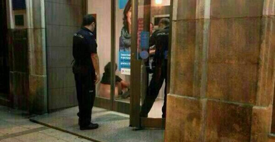 Pareja es sorprendida en pleno acto sexual en cajero automático