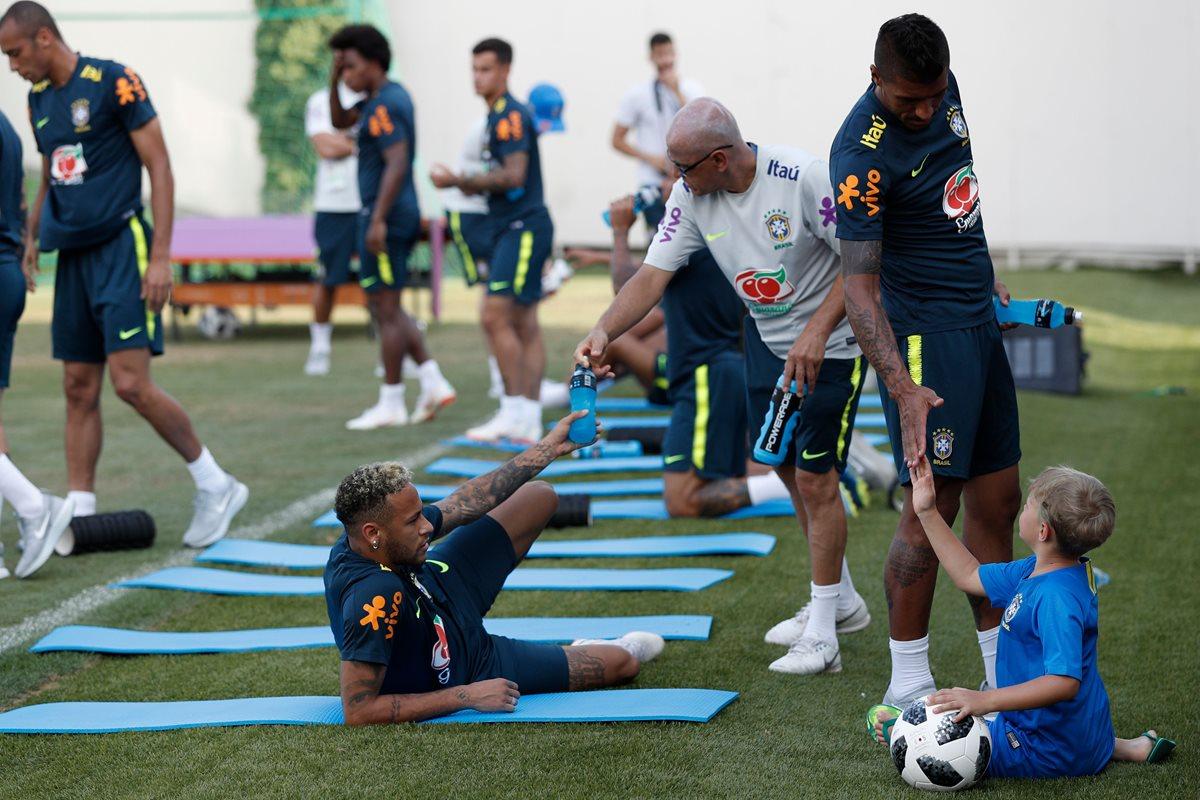 Brasil tuvo una sesión de entrenamiento en Sochi de cara a los octavos de final del Mundial Rusia 2018. (Foto Prensa Libre: AFP)