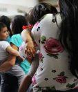 Madres con sus hijos abordan un bus luego de ser liberados de un centro de detención en McAllen. (Foto Prensa Libre: AFP)