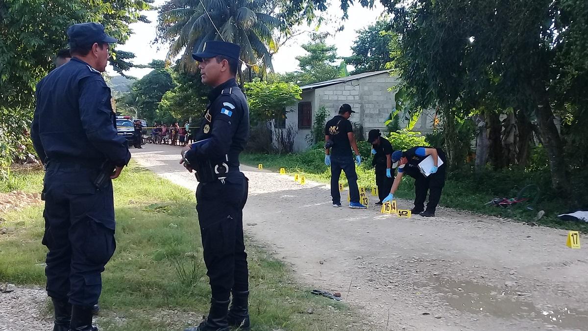 Personal del Ministerio Público localizó varios indicios en la escena del crimen. (Foto Prensa Libre: Rigoberto Escobar)