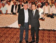 El gobernante electo, Jimmy Morales posa con el presidente de la Anam, Isaías Martínez, y luce el sombrero que le regalaron. (Foto Prensa Libre: Cortesía Anam)