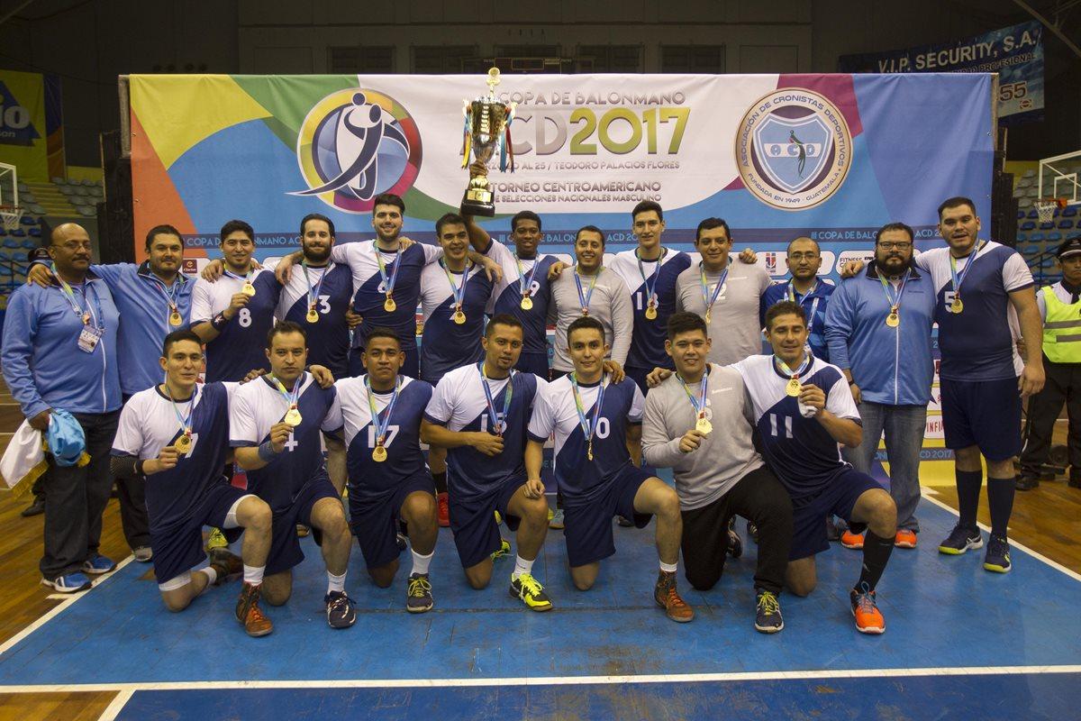 Los jugadores de la selección Nacional de Balonmano posan luego de coronarse campeones de la Copa Centroamericana. (Foto Prensa Libre: Norvin Mendoza)