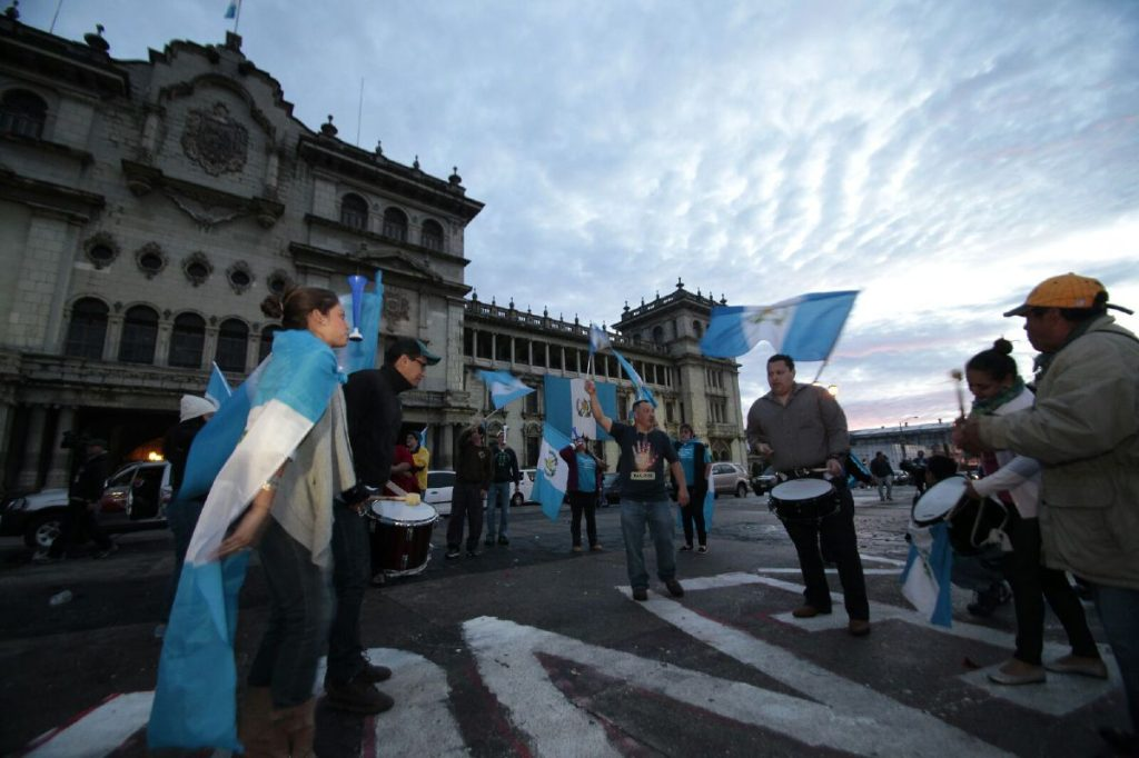 Guatemaltecos amanecen celebrando la renuncia del presidente.