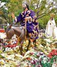 Cientos de ramos fueron lanzados por fieles a Jesús de las Palmas, de la iglesia de San Miguel de Capuchinas. (Foto Prensa Libre: William Santos)