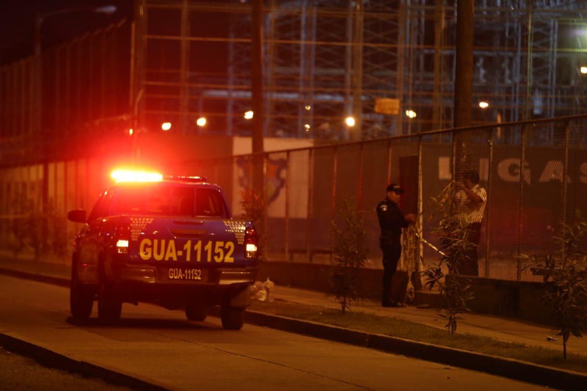 Policías acordonan el área del ataque. (Foto Prensa Libre: Óscar Rivas)