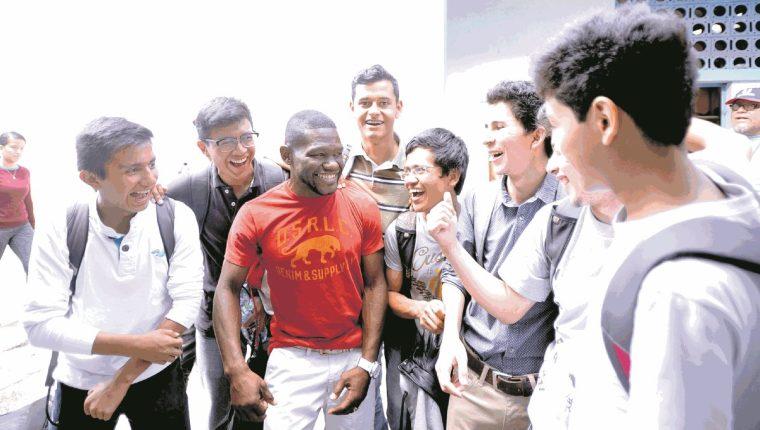 Milton Núñez bromea con estudiantes de la Universidad de San Carlos, quienes se aproximaron para felicitarlo después de haber finalizado un entrenamiento en el estadio Revolución. (Foto Prensa Libre: Francisco Sánchez).