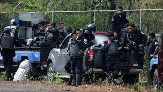 La policía de Nicaragua fijó un perímetro de un kilómetro para garantizar la seguridad de la mesa de diálogo. AFP