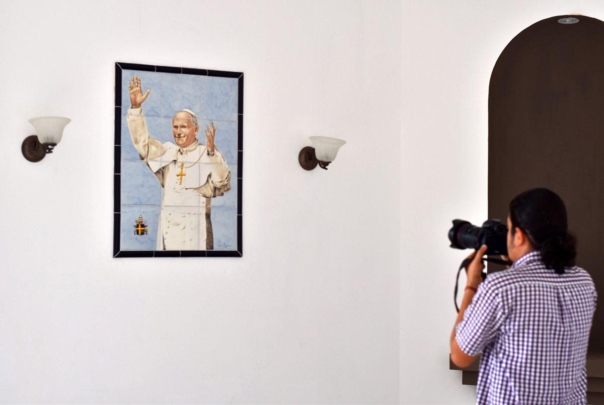 Una decoración de azulejos que representa al Papa Juan Pablo II en la capilla de una de las propiedades confiscadas a Saca.(AFP)