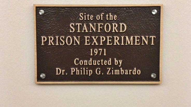 Placa que recuerda el experimento de la cárcel de Stanford, en 1971, que sigue siendo controversial. ERIC. E. CASTRO