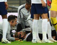 Luke Shaw recibió la asistencia médica en el césped del estadio de Wimbledon durante el partido Inglaterra vs España. (Foto Prensa Libre: AFP)