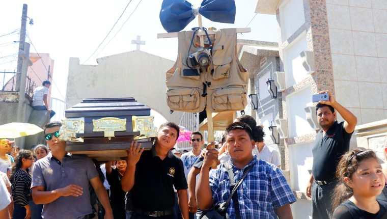 Periodistas mostraron repudio por la muerte de Laurent Castillo y el diseñador Luis de León. (Foto Prensa Libre: Rolando Miranda)