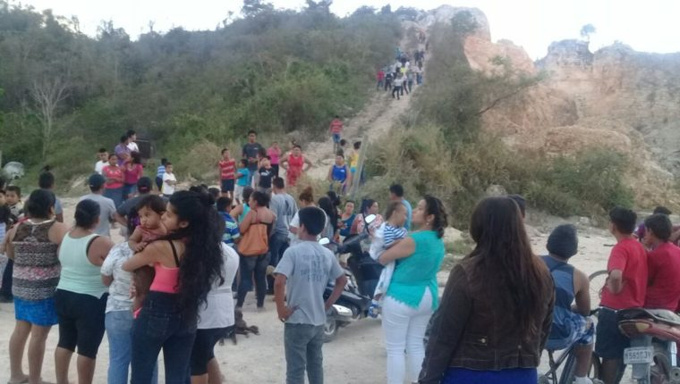 El ataque armado se registró en la parte alta del cerro San Juan, zona urbana de San Benito. (Foto Prensa Libre: Rigoberto Escobar)