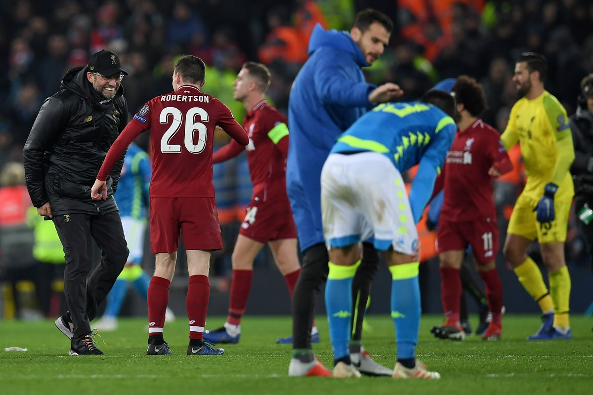 Los jugadores del Liverpool celebran después de avanzar a octavos de final de la Champions League a costa del Nápolli. (Foto Prensa Libre: AFP)