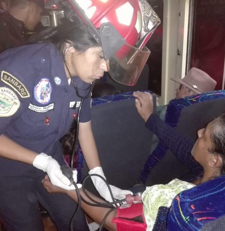 Bomberos atienden a pasajera que sufrió crisis nerviosa en el asalto a un bus de Jalapa el 4 de este mes. (Foto Prensa Libre: Mario Morales).