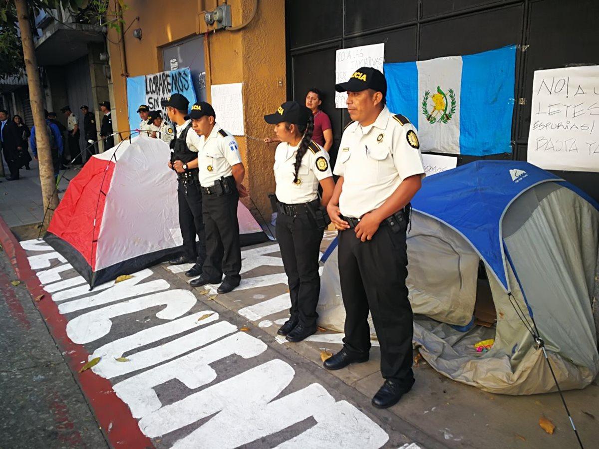Los manifestantes instalaron casas de campaña y pegaron carteles con denuncias. (Foto Prensa Libre: Estuardo Paredes)