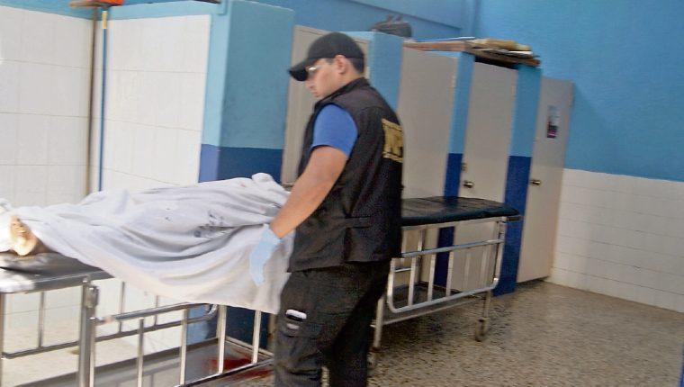 El cadáver de la universitaria Zuli Recinos permanece en la morgue de Chiquimula. La mujer fue atacada con arma cortante en Esquipulas. (Foto Prensa Libre: Edwin Paxtor)