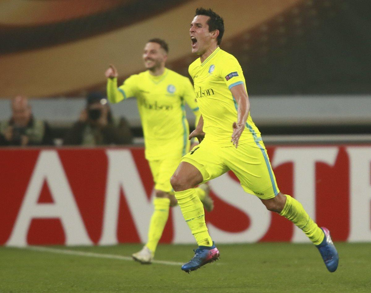 El delantero francés Jérémy Perbet (c) del Gante celebra el gol del triunfo frente al Tottenham. (Foto Prensa Libre: EFE)