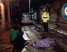 Socorrista de Bomberos Municipales junto al cadáver de Rudy Banael Morán. (Foto Prensa Libre: Cortesía Bomberos Municipales)