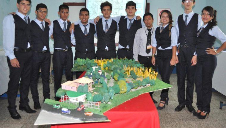 Alumnos del Instituto Tecnológico de Coatepeque, en Quetzaltenango, presentan la maqueta de su proyecto final. (Foto Prensa Libre: Édgar René Sáenz)
