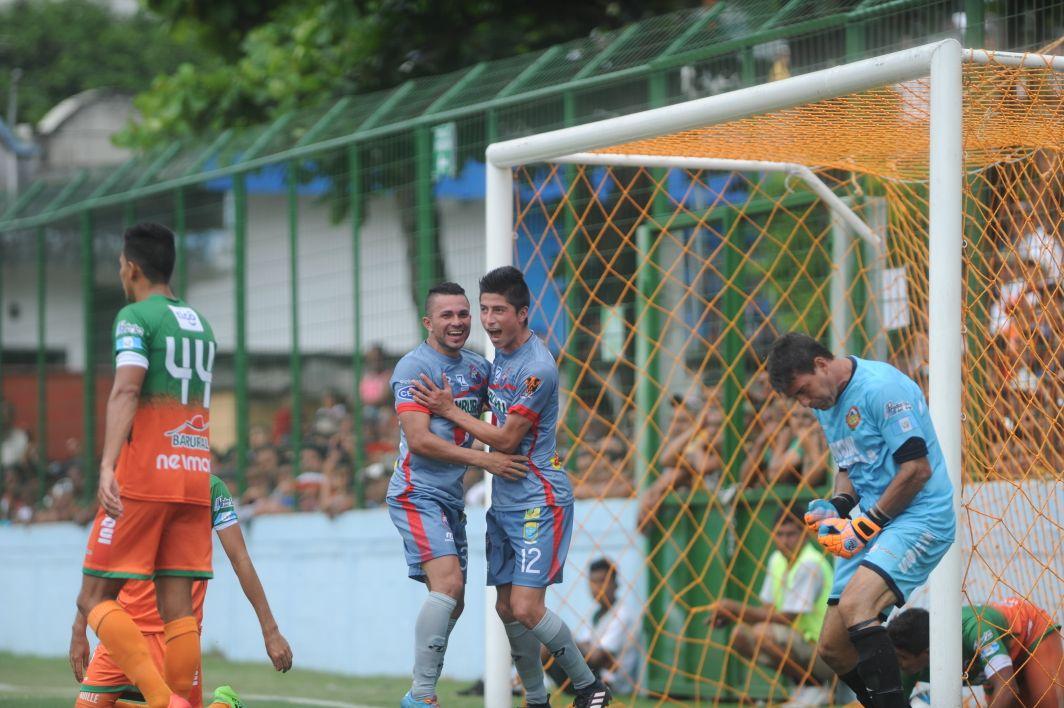 Frank de León y Bryan Lemus se abrazan después del segundo gol de Municipal ante el enojo del portero de Siquinalá, Luis Pedro Molina. (Foto Prensa Libre: Edwin Fajardo)