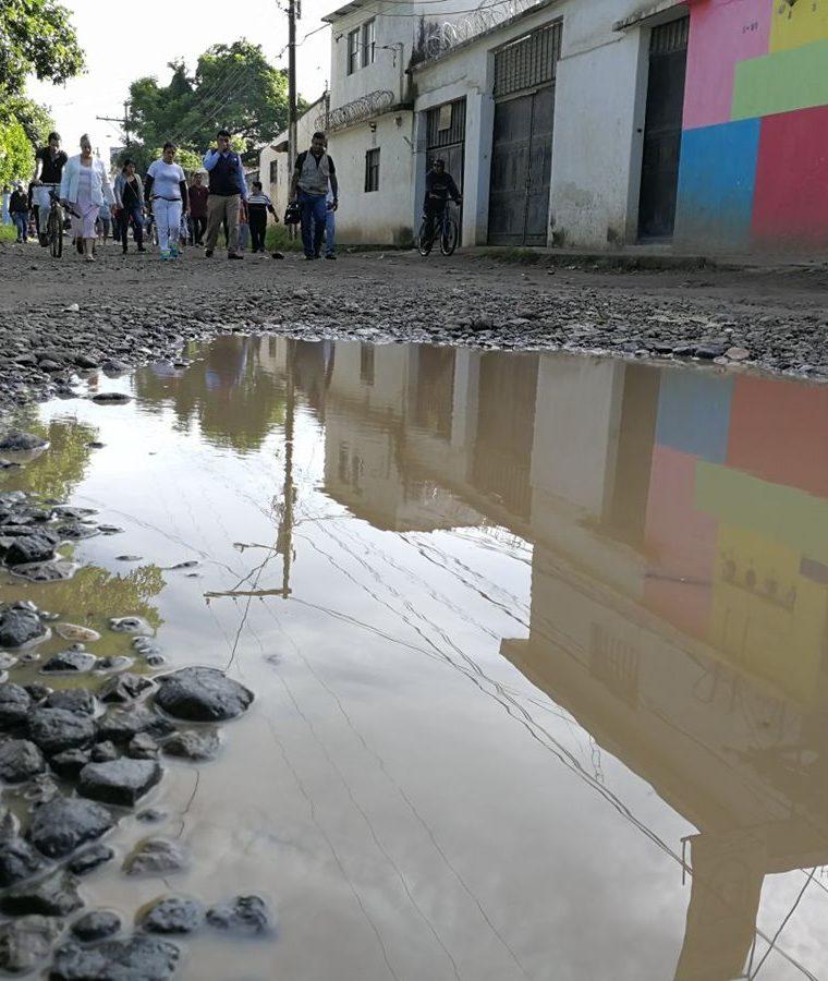 Los vecinos de la colonia Los Álamos, zona 6 de San Miguel Petapa, exigen la reparación de las calles. (Foto Prensa Libre: Esbin García)