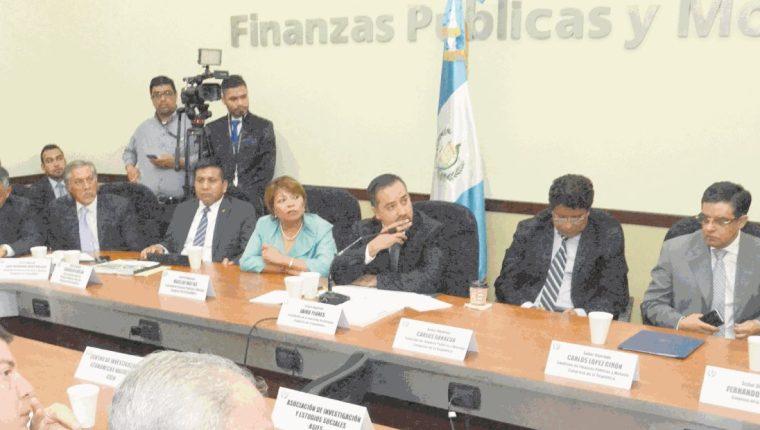 La comisión de Finanzas del Congreso dictaminó el proyecto de presupuesto 2017 en Q76 mil 989 millones. (Foto Prensa Libre: HemerotecaPL)
