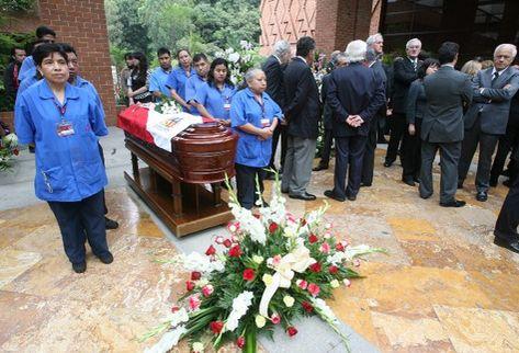 Personal de la UFM forma valla al féretro del académico fallecido. (Foto Prensa Libre: Daniel Herrera)
