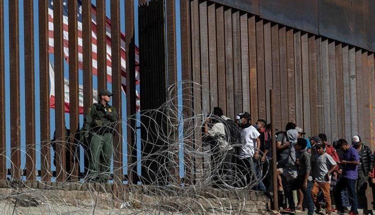 Migrantes intentan ingresar a EE. UU. por la frontera de Tijuana-San Diego. (Foto Prensa Libre: Hemeroteca PL)