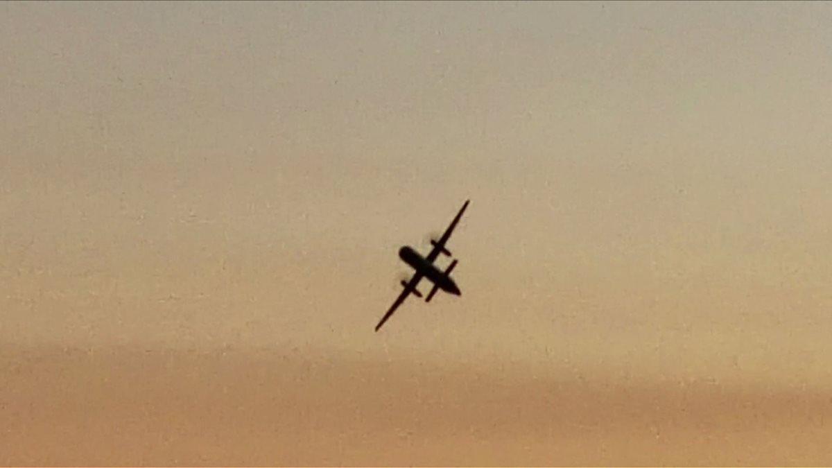 Imagen filmada por un espectador muestra el avión de pasajeros vacío, robado del aeropuerto Seattle-Tacoma, Washington. (Foto Prensa Libre:AFP)
