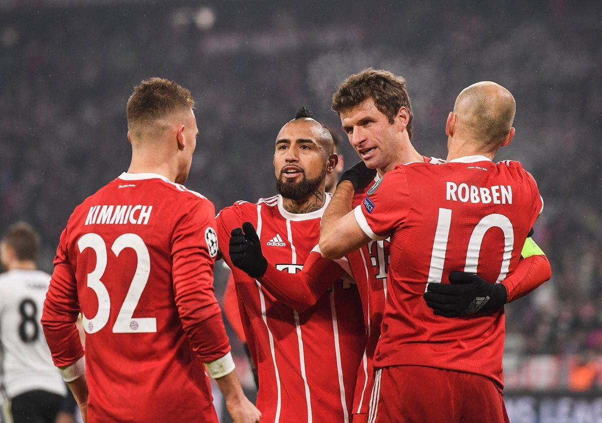 Thomas Müller (2-d) de Bayern celebra con Arturo Vidal (2-i), Joshua Kimmich (i) y Arjen Robben (d) luego de anotar. (Foto Prensa Libre: EFE)