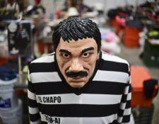 Un traje y una máscara que representa al Chapo Guzmán fabricado en Jiutepec, Morelos, México.(Foto Prensa Libre: AFP).