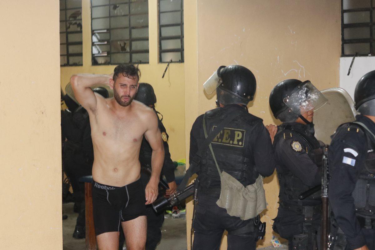 El mexicano Omar Domínguez camina dentro del vestidor, el cual es custodiado por la policía.
