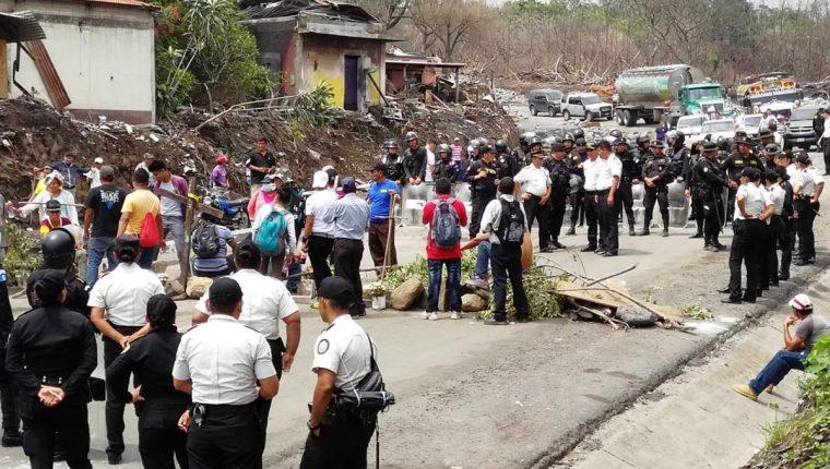 Área donde se registra el bloqueo en la RN 14 en San Miguel Los Lotes. (Foto Prensa Libre: Enrique Paredes).