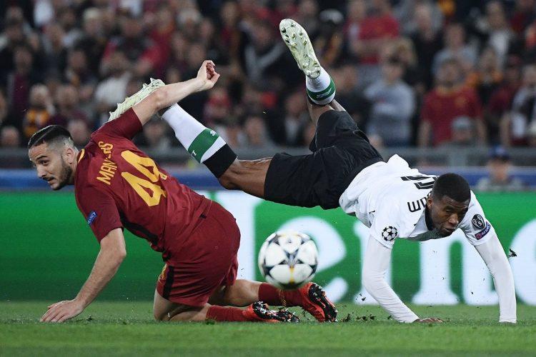 Georginio Wijnaldum del Liverpool pelea la pelota con el defensa de la Roma, Kostas Manolas.
