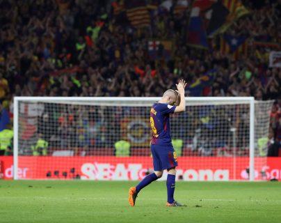 Andrés Iniesta agradeció a los aficionados al ser sustituido en la final de la Copa del Rey, lo que pudo ser su penúltimo título con el Barcelona. (Foto Prensa Libre: EFE)