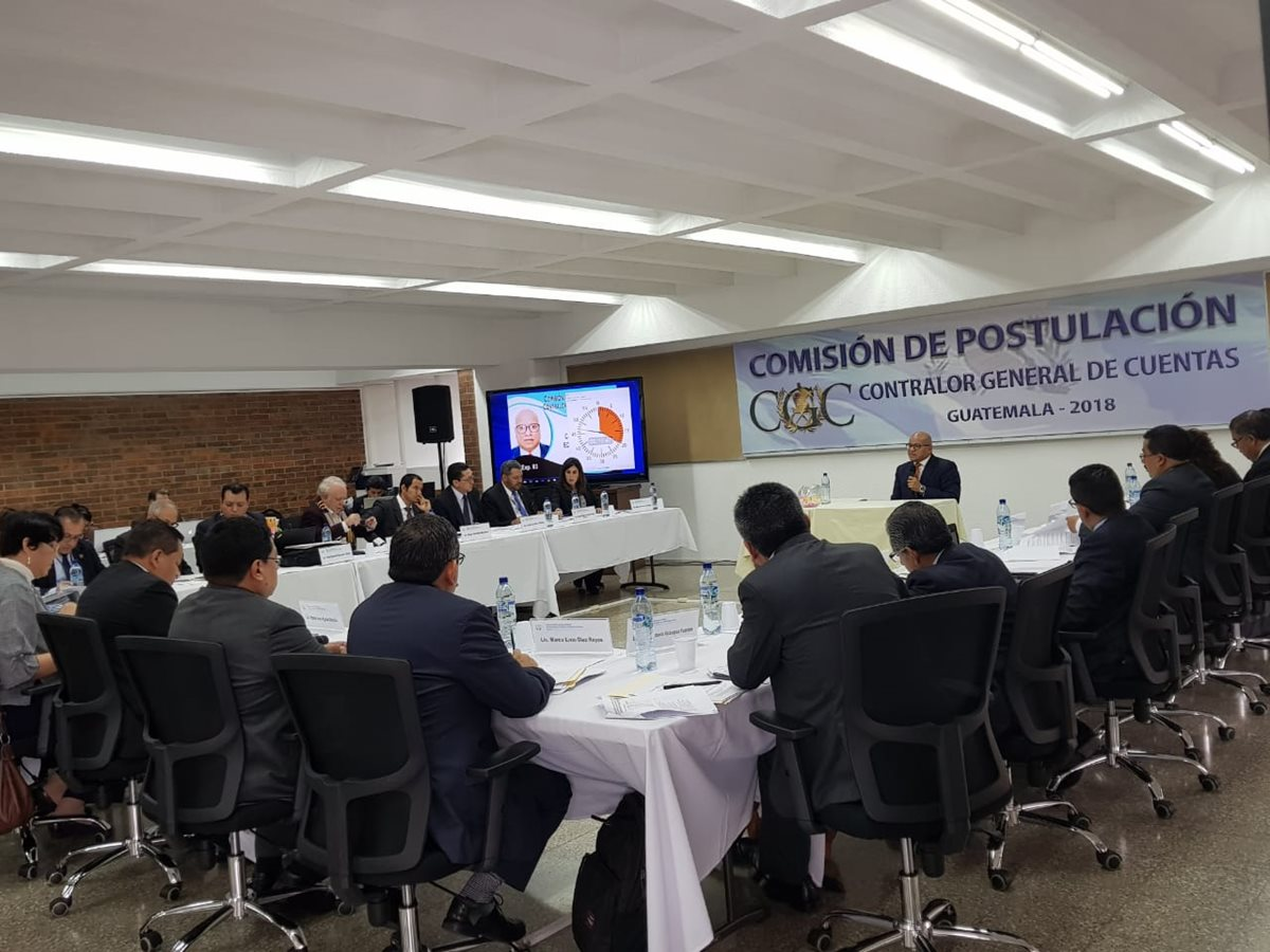 Vista de la reunión de la comisión de postulación donde escuchan a los profesionales que aspiran al cargo de contralor. (Foto Prensa Libre: Cortesía)