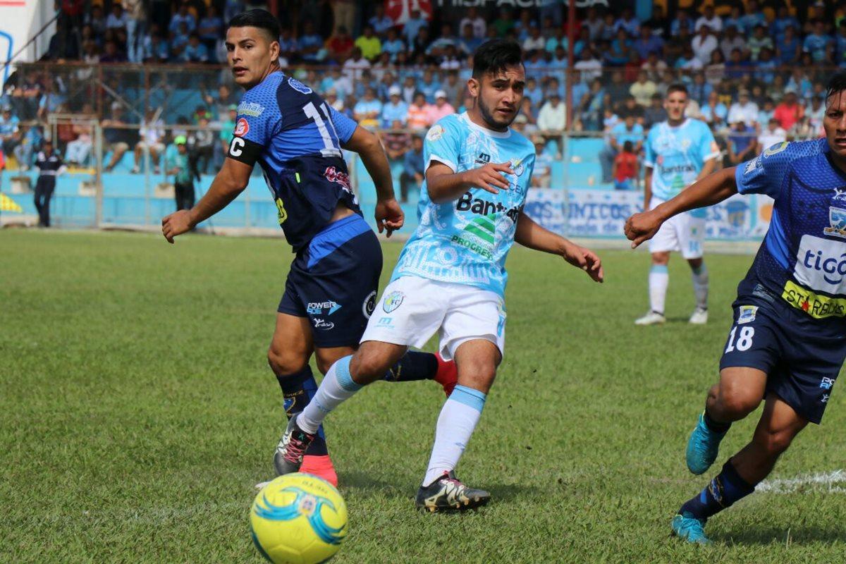 Benedicto Aldana domina el balón ante la mirada de Kevin Santa María. (Foto Prensa Libre: Hugo Oliva)