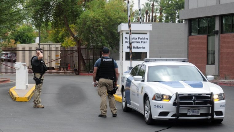 Agentes de policía custodian la entrada de la Oficina de Control de Inmigración y Aduanas (ICE) , desde donde supuestamente se transportará a los menores de 5 años liberados para reunificarlos con sus padres. (EFE)
