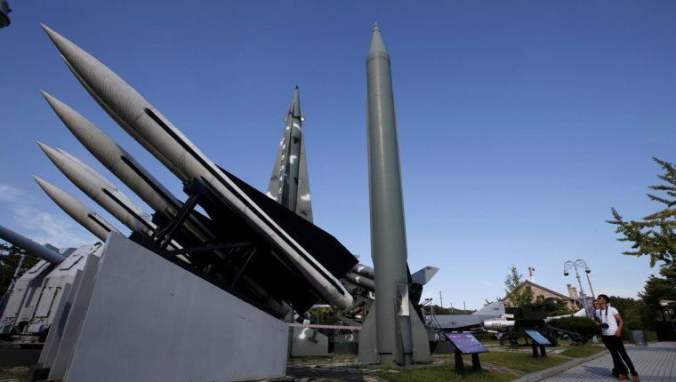 Un hombre obserba un misil surcoreano en el Museo de la Guerra en Seúl. (Foto Prensa Libre: EFE)