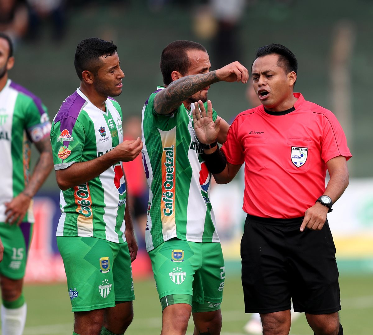 El árbitro Oswaldo Aldana tuvo un desempeño cuestionable en el Pensativo. (Foto Prensa Libre: Edwin Fajardo)