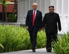 Kim Jong Un (d) acompaña a Donald Trump durante una pausa en la cumbre entre EE. UU. y Corea del Norte, en Singapur. (Foto Prensa Libre:AFP).
