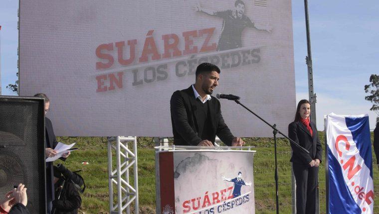 Luis Suárez participa en la inauguración de una cancha en Montevideo que llevará su nombre. (Foto Prensa Libre: AFP).