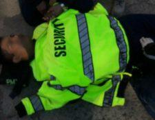 Uno de los agentes de la PMT de Villa Canales que resultó herido al ser arrollado por un vehículo. (Foto Prensa Libre: Dalia Santos)